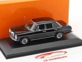 Mercedes-Benz 200 (W115) ano de construção 1968 preto 1:43 Minichamps