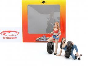 Tire Brigade figuur Set #6 Vel & Andie 1:18 MotorHeadMiniatures