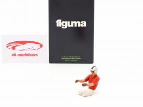 Sitzende Rennfahrer-Figur mit rotem Hemd 1:18 FigurenManufaktur