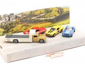 4-Car Set Going to the races: Plateau Camion avec 3 course voitures 1:64 HotWheels