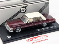 Cadillac de Ville Sedan Baujahr 1977 wein rot 1:43 Triple9
