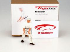 Mercedes-Benz mechanics figure pushes and directs the race car 1:18 Figutec Figures