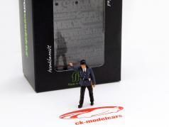 Feuerwehrmann zeigt Figur 1:43 FigurenManufaktur