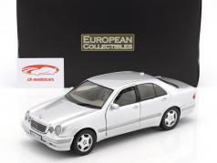 Mercedes-Benz E320 año de construcción 2001 plata 1:18 SunStar