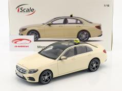 Mercedes-Benz E-Klasse taxi (W213) AMG Line licht ivoor 1:18 iScale