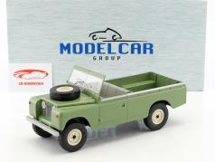 Land Rover 109 Series II Pick-Up RHD Bouwjaar 1959 helder olijf 1:18 Model Car Group