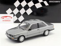 BMW 323i Opførselsår 1982 grå metallisk 1:18 Minichamps