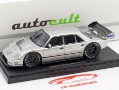 Set livre de la année 2018 avec modèle de la année Sauber-Mercedes W140 année de construction 1990 argent 1:43 AutoCult