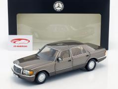 Mercedes-Benz 560 SEL (V 126) Opførselsår (1985-1991) impala brun 1:18 Norev