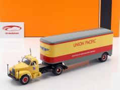 Mack B 61 camion Union Pacific anno di costruzione 1955 beige / rosso / grigio 1:43 Ixo