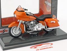 Harley-Davidson FLTR Road Glide Bouwjaar 2002 oranje 1:18 Maisto