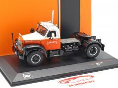 Mack B 61 vrachtwagen Bouwjaar 1953 oranje / wit 1:43 Ixo