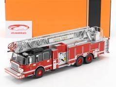 Smeal 105 Aerial Ladder brandweer Bouwjaar 2015 rood / zwart 1:43 Ixo