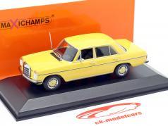 Mercedes-Benz 200 (W114/115) Bouwjaar 1968 geel 1:43 Minichamps