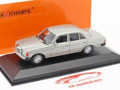 Mercedes-Benz 230 E (W123) Ano de construção 1982 prata 1:43 Minichamps