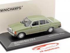 Mercedes-Benz 230E (W123) 建設年 1982 緑 1:43 Minichamps