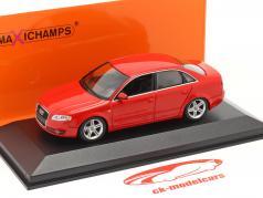 Audi A4 年 2004 赤 1:43 Minichamps