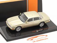Jaguar XJ8 (X308) Ano de construção 1998 ouro metálico 1:43 Ixo