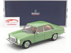 Mercedes-Benz 200 Sedan (W115) 建設年 1973 緑 1:18 Norev