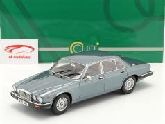 Jaguar XJ12 Sovereign SIII Año de construcción 1986 Azul claro metálico 1:18 Cult Scale