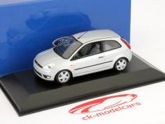 Ford Fiesta modelo 3 portas 2001 prata 1:43 Minichamps