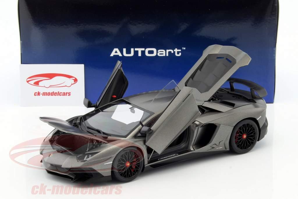 Lamborghini Aventador LP750-4 SV år 2015 måtte grå 1:18 AUTOart