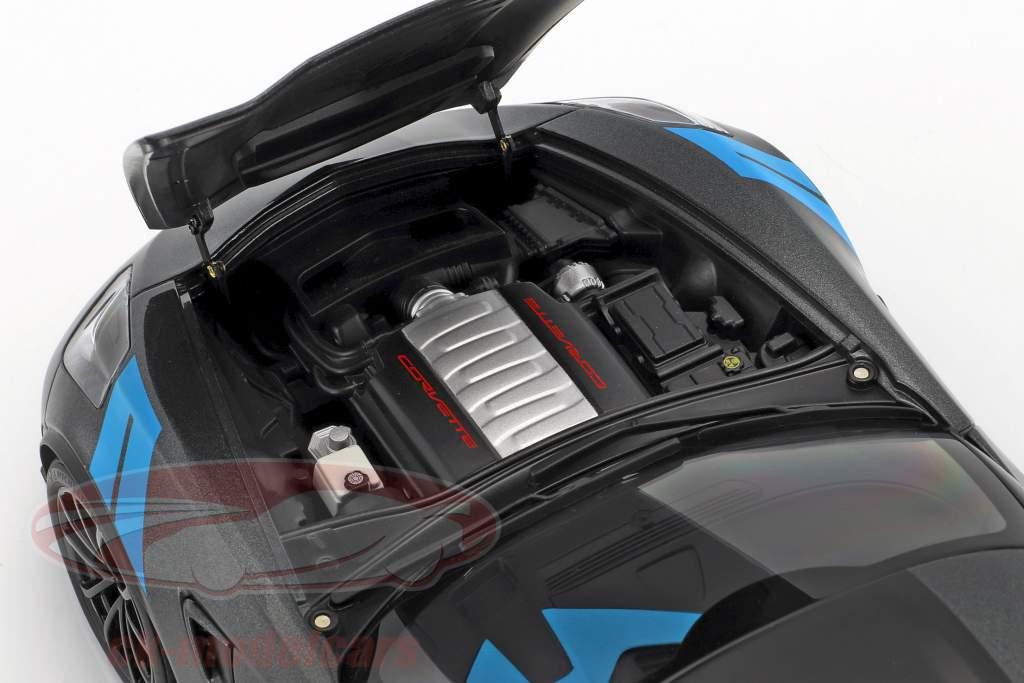 Chevrolet Corvette C7 Grand Sport Baujahr 2017 grau metallic mit schwarzen Streifen 1:18 AUTOart