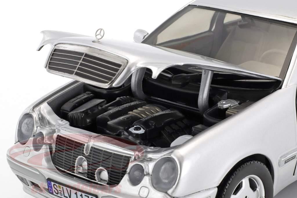 Mercedes-Benz E320 anno di costruzione 2001 argento 1:18 SunStar