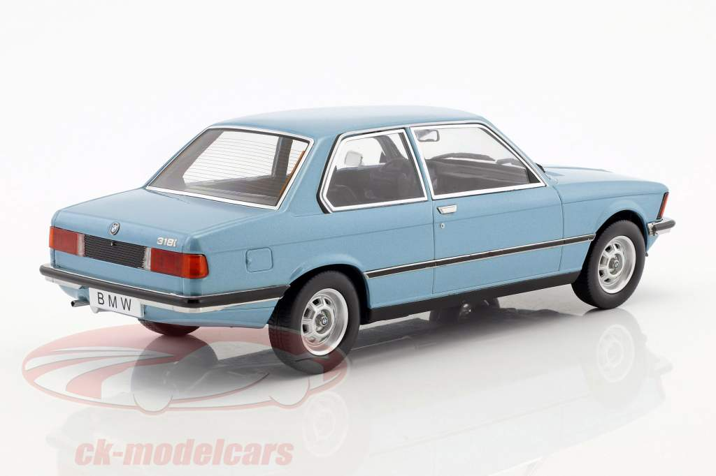 BMW 318i E21 jaar 1975 lichtblauw metalen 1:18 KK-Scale