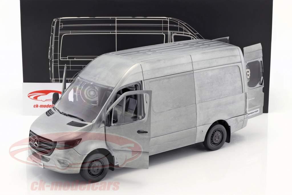 Mercedes-Benz Sprinter Kastenwagen Baujahr 2018 Rugged Edition silber / grau 1:18 Norev