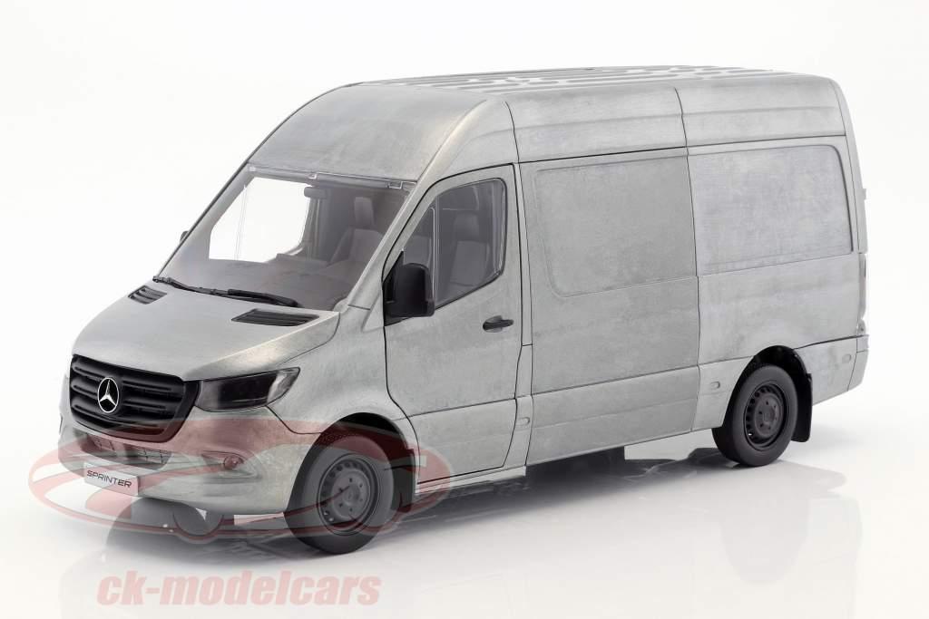 Mercedes-Benz velocista furgoneta año de construcción 2018 escabroso edición plata / gris 1:18 Norev