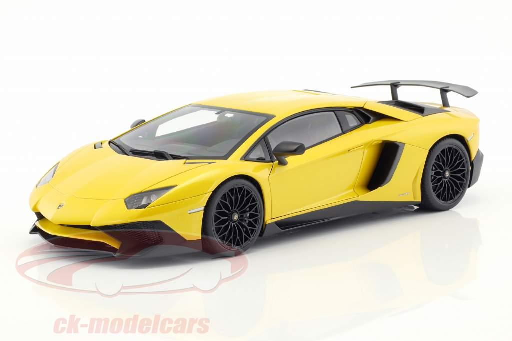 Lamborghini Aventador LP750-4 SV ano de construção 2015 amarelo 1:18 AUTOart