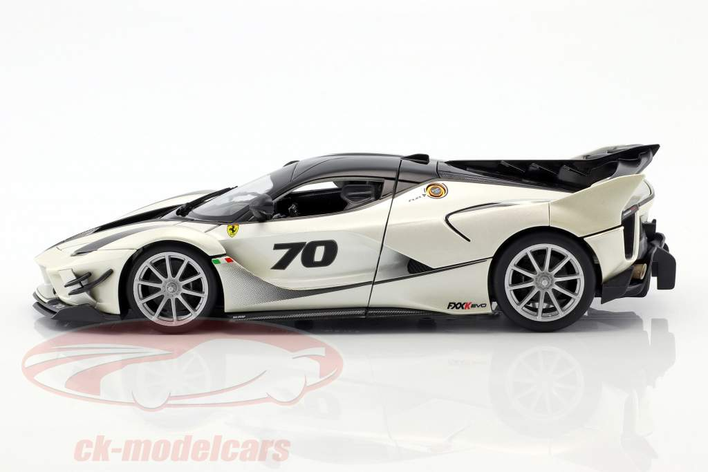 Ferrari FXX-K Evoluzione #70 Baujahr 2018 weiß metallic / schwarz 1:18 Bburago