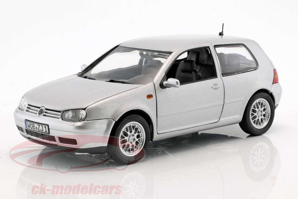 Volkswagen VW Golf IV argent métallique 1:18 Revell