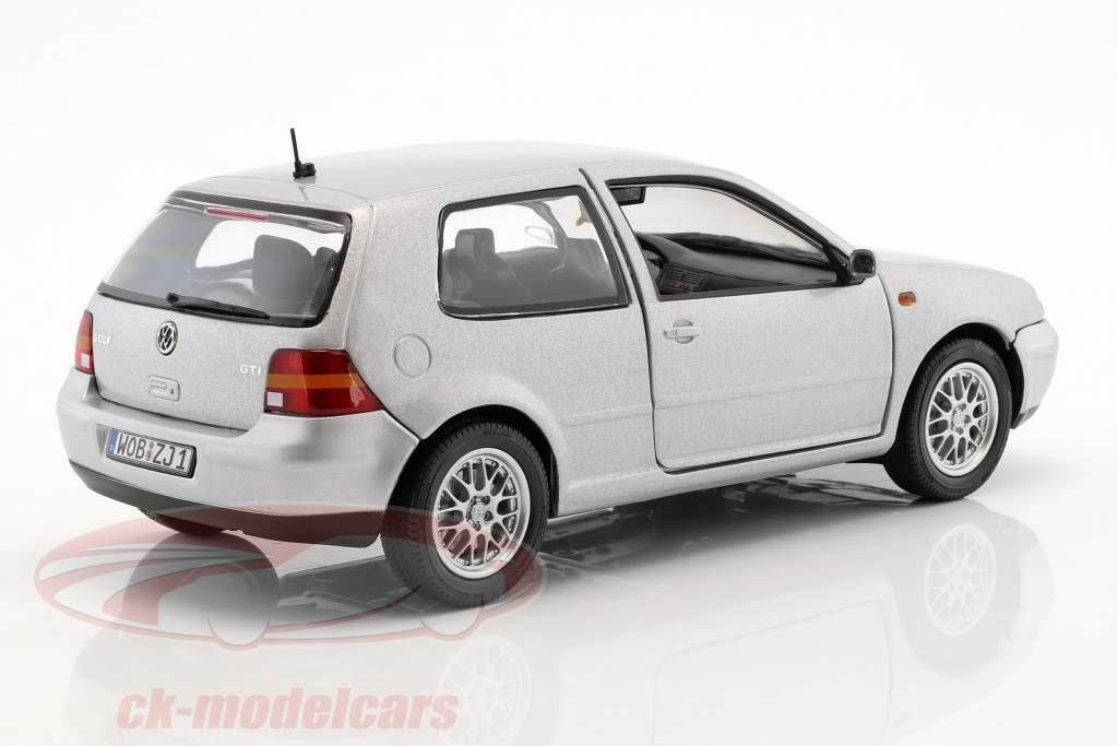 Volkswagen VW Golf IV prata metálico 1:18 Revell