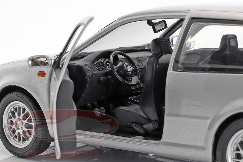 Volkswagen VW Golf IV argento metallico 1:18 Revell