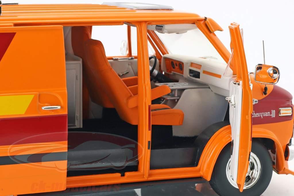 Chevrolet G-Series busje Bouwjaar 1976 oranje / rood / geel 1:18 Greenlight