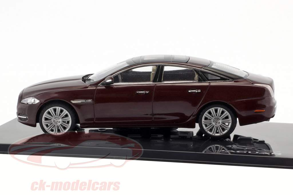 Jaguar XJ (X351) ano de construção 2009 caviar / castanho-avermelhado 1:43 Ixo