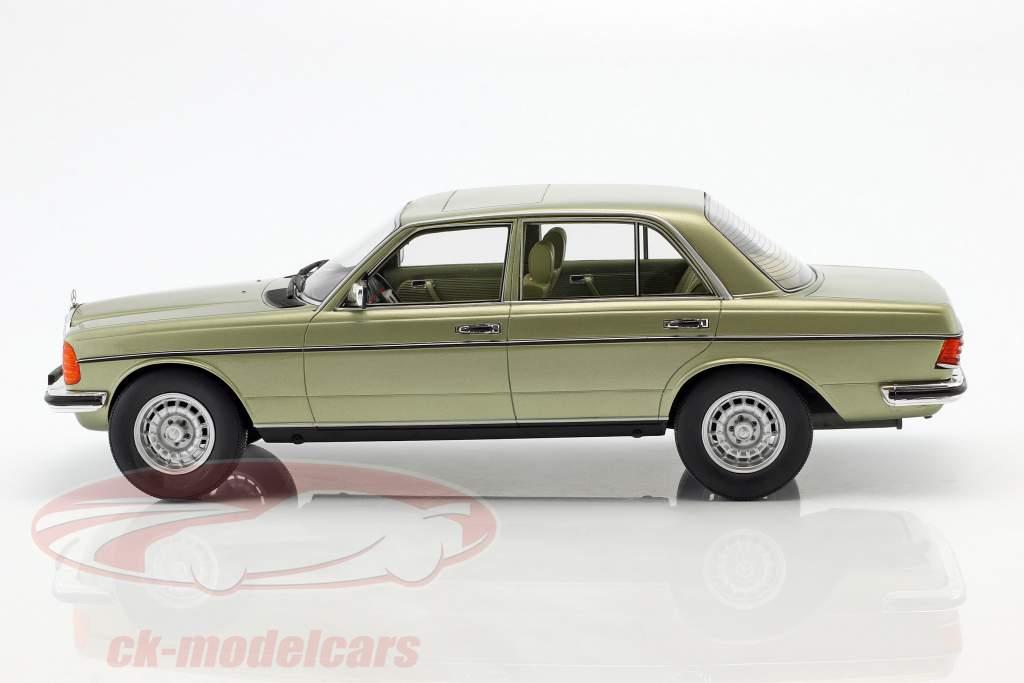Mercedes-Benz 280 E (W123) Bouwjaar 1976 zilver groen 1:18 Cult Scale