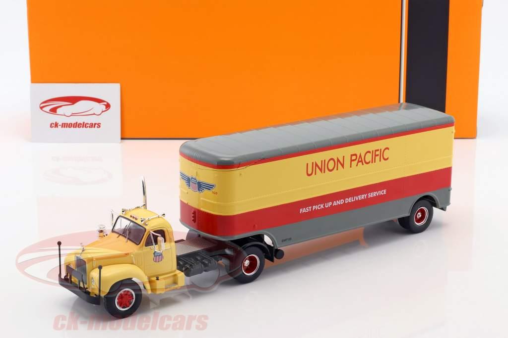 Mack B 61 truck Union Pacific Bouwjaar 1955 beige / rood / grijs 1:43 Ixo