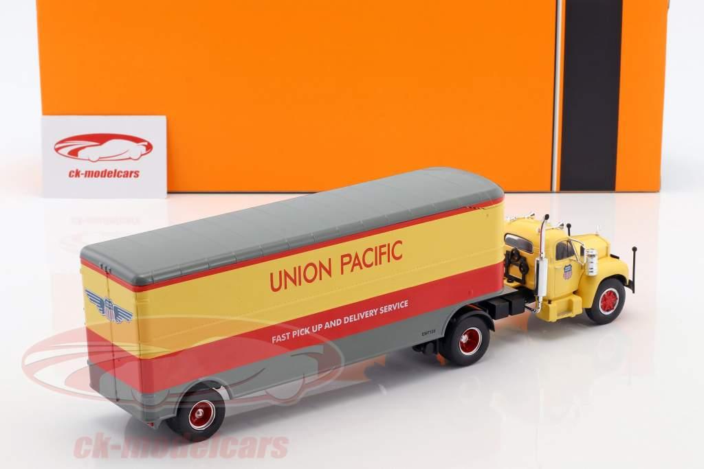 Mack B 61 lastbil Union Pacific Opførselsår 1955 beige / rød / grå 1:43 Ixo
