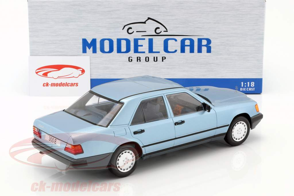 Mercedes-Benz 300 E (W124) sedan Opførselsår 1984 lyseblå metallisk 1:18 Model Car Group