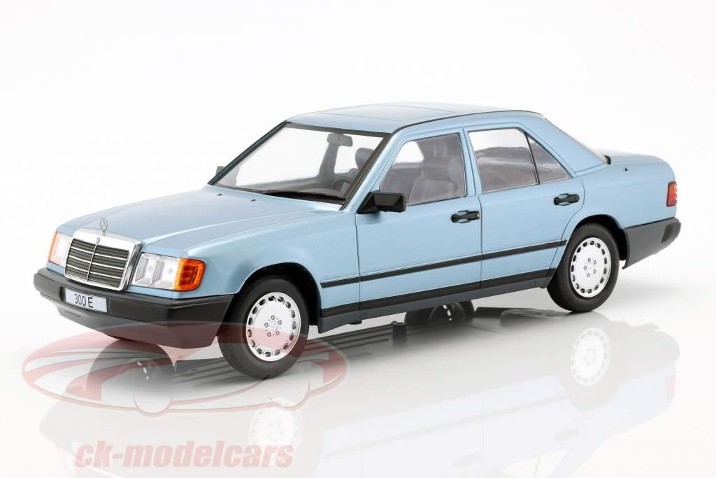 Mercedes-Benz 300 E (W124) sedan ano de construção 1984 azul claro metálico 1:18 Model Car Group