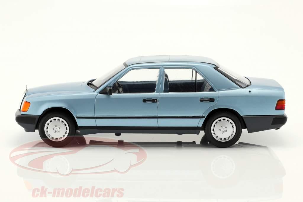 Mercedes-Benz 300 E (W124) sedan Bouwjaar 1984 lichtblauw metalen 1:18 Model Car Group