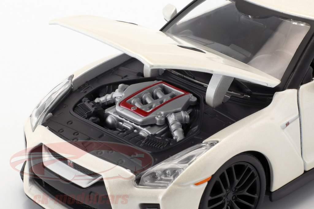 Nissan GT-R year 2017 pearl white 1:24 Bburago