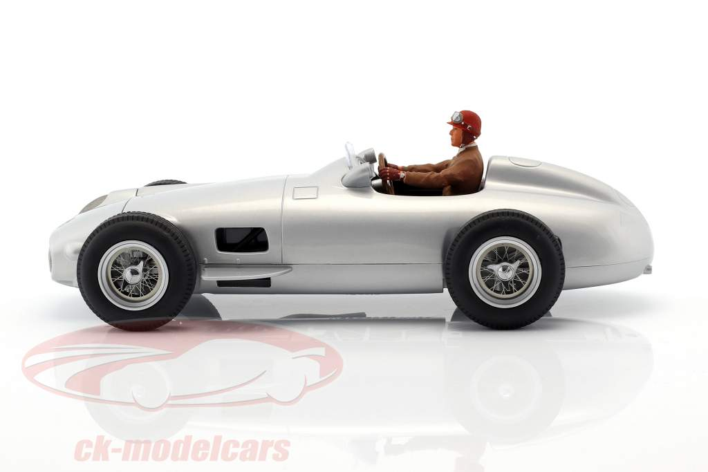 Sitzende Rennfahrer-Figur mit braunem Pullover 1:18 FigurenManufaktur