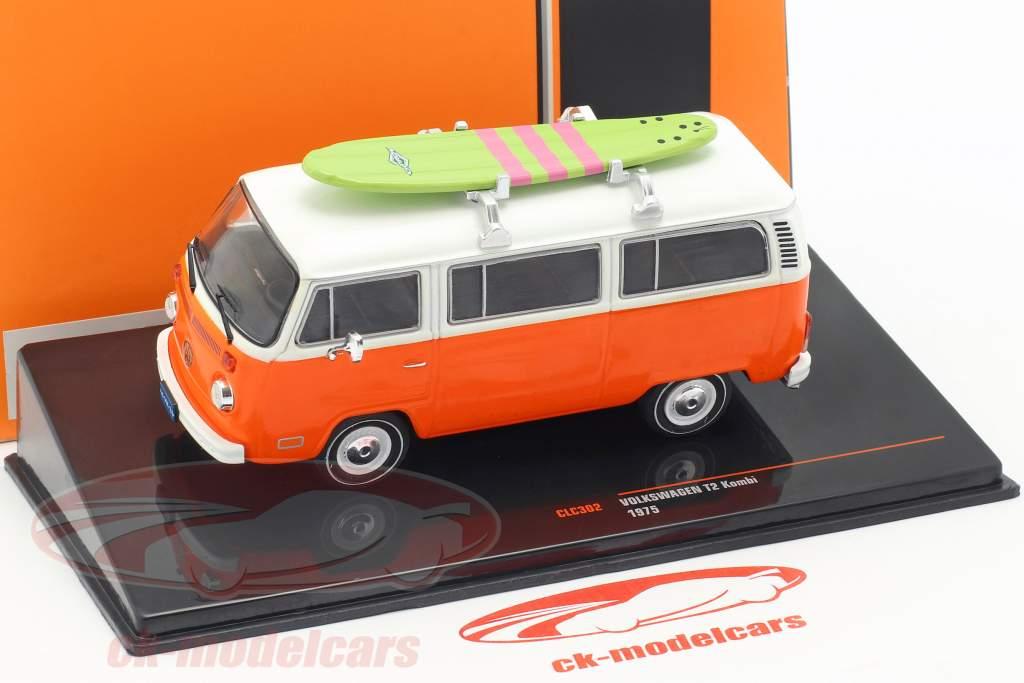 Volkswagen VW T2 Bus met surfboard Bouwjaar 1975 oranje / wit 1:43 Ixo