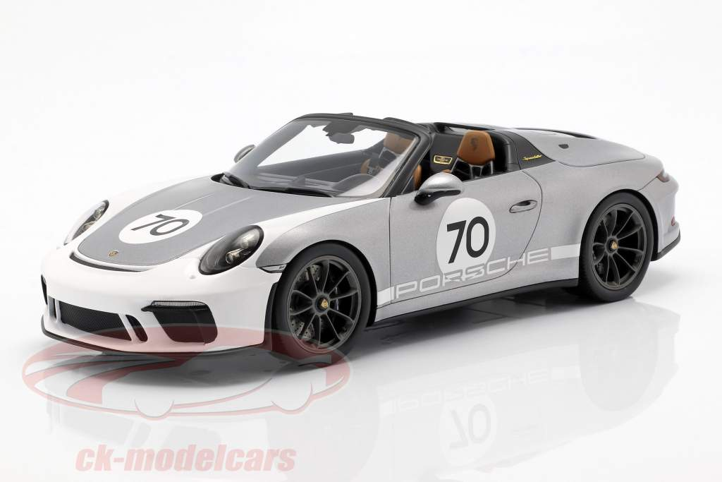 Porsche 911 (991 II) Speedster #70 Heritage Design Package 2019 con escaparate plata 1:18 Spark