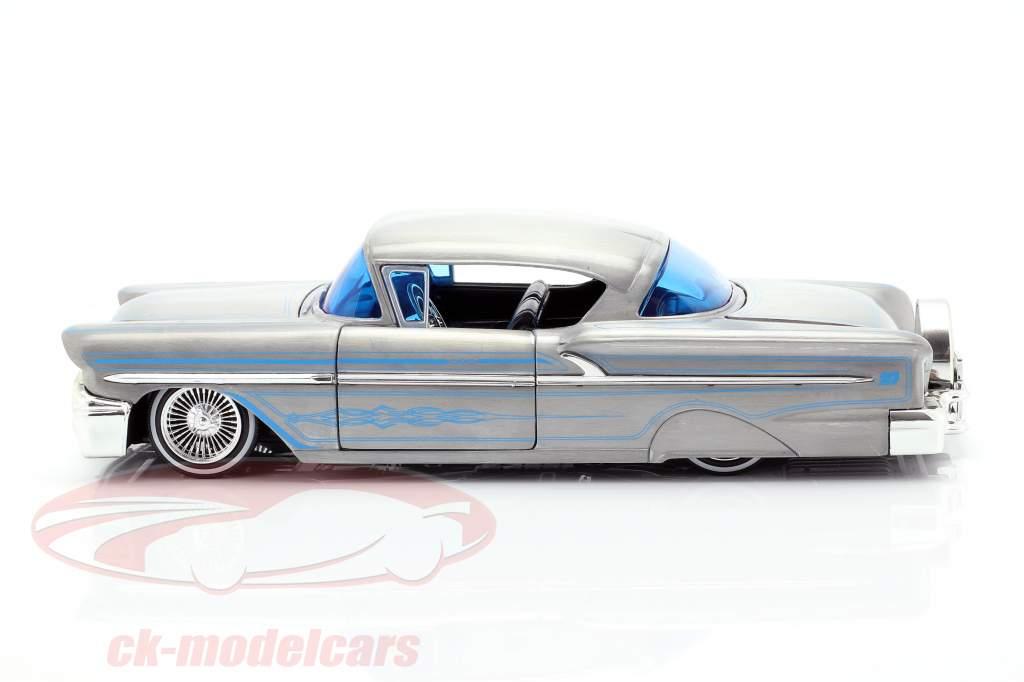 Chevy Impala Hard Top Bouwjaar 1958 zilvergrijs / blauw 1:24 Jada Toys