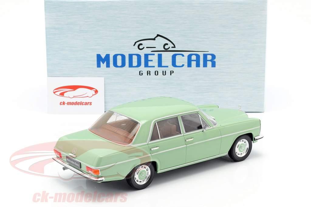 Mercedes-Benz 220D/8 (W115) ano de construção 1972 brilhante verde 1:18 Model Car Group
